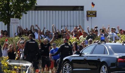 Merkelek errefuxiatuei egindako erasoak gaitzetsi ditu, baina Barne Ministroak zer?
