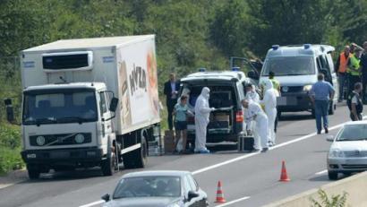 Hiru atxilotu 71 etorkin kamioi batean hilda aurkitu ostean Austrian