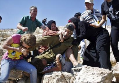 12 urteko haur palestinarra, bere senideak eta soldadu israeldarra gatazkaren sinbolo gisa