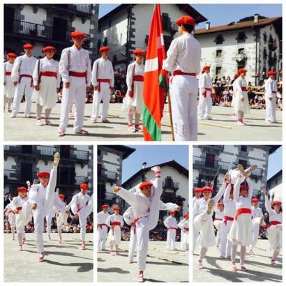 Emakumeek dantzatu dute Leitzako ezpata-dantzan 83 urte ondoren