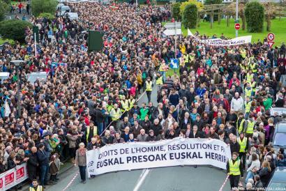Milaka pertsonak Frantziako Gobernua interpelatu dute Baionako manifestazioan