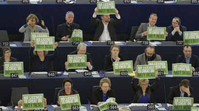 Europako Parlamentuak argi berdea eman dio autoen emisio mugak handitzeari