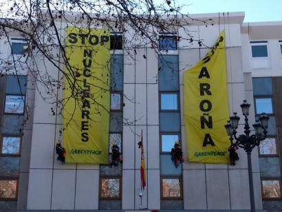 Garo�aren aurkako pankarta jarri duten Greenpeaceko 6 kide atxilotu dituzte