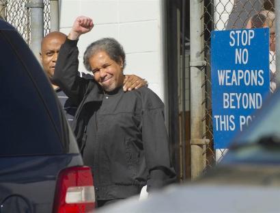 43 urte isolamenduan preso egin ostean, Albert Woodfox pantera beltz ohia aske