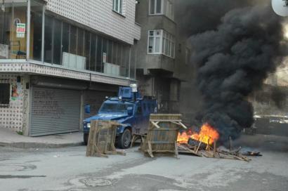 Poliziak eraso egin die Newroz eguneko ospakizunetan parte hartzen ari ziren kurduei