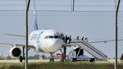 Egyptair konpainiako hegazkina bahitu duen gizona atxilotu du Zipreko poliziak