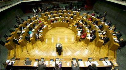 ARGIAri babesa adierazi eta Mozal Legea kritikatu du Nafarroako Parlamentuak