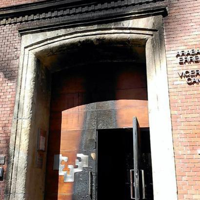 EHUren Arabako campuseko errektoreordetzari eraso diote atean gurpilak errez
