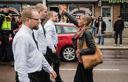Neonazien manifestazio bati aurre egin dion emakume beltz baten argazkiak bira eman dio munduari