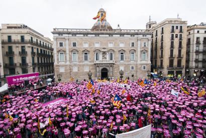 Milaka manifestari Katalunian, deskonexio adierazpena babestu zuten udal ordezkari auzipetuen alde