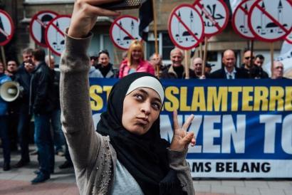 Gazte musulmanak selfie umoretsu batekin egin die aurre Flandriako ultra-eskuindarrei