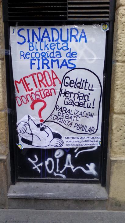 Metroaren aurkako banderolaz bete nahi dituzte Donostiako balkoiak