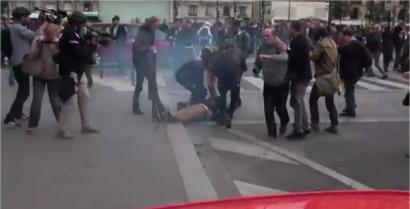 Argazkilari bat koman utzi du Frantziako poliziak jaurtitako granada batek