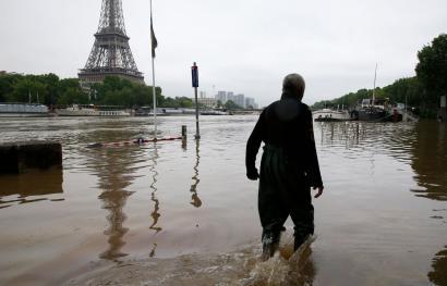 Uholde handiak Parisez gain Frantzia eta Alemaniako eskualde askotan