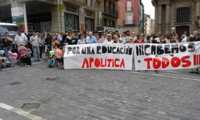 """Hezkuntza """"apolitikoa"""" aldarrikatu dute hainbat gurasok, UPNko, PPNko, PSNko eta Ciudadanoseko politikariekin"""