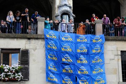 Errefuxiatuekiko elkartasuna adierazteko banderolak eskura jarri ditu Gasteiz Irekiak