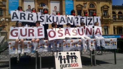 Jendetza bildu du GuraSOS elkarteak Donostian errausketaren kontra