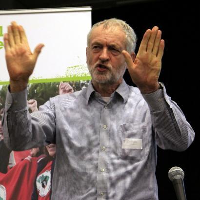 Corbynek uko egin dio dimititzeari, laboristek eutsi behar diotelakoan gobernuak bazter utzitako erantzukizunari