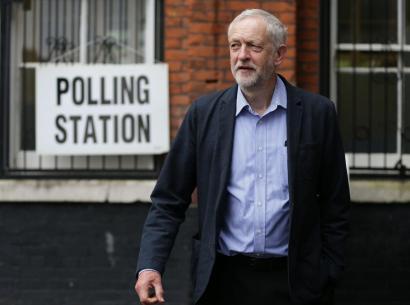 Jeremy Corbyn bizirik aterako ote da Alderdi Laboristaren eskuinak antolatutako kolpetik?