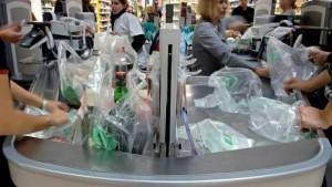 Ostegunetik plastikozko zorrorik ezin da eman Frantziako komertzioetan