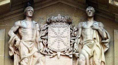 Frankismoa goratzen duen ereinotz koroa kenduko dute Nafarroako Jauregitik
