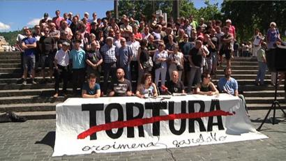 """Torturak Euskal Herrian: """"estalitako errealitatea aitortzeko"""" exijitu diete politikariei"""