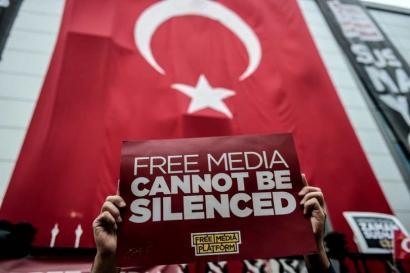 Erdoganek 42 kazetari atxilotzeko agindu du, estatu kolpearekin zerikusia dutelakoan