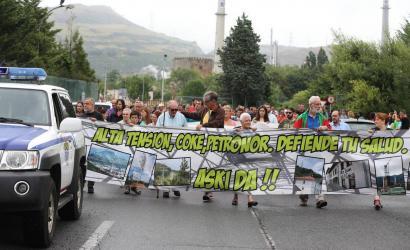 Protesta egin dute Muskizen, Petronorrek eragindako ke beltzagatik