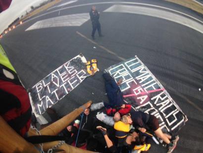 London City aireportua blokatu dute hainbat orduz klima aldaketa eta arrazismoaren aurka