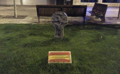 Bandera espainiarra margotu dute German Rodriguezen hilarrian
