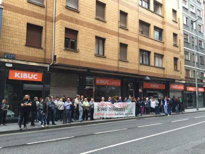 Basauriko familia bat etxetik bota dute protesta artean
