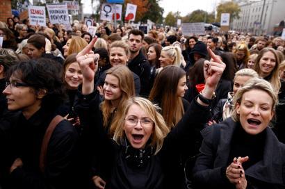 Abortatzeko eskubidea aldarrikatzeko greba egin dute milaka emakumek Polonian