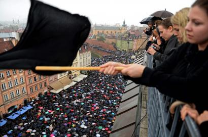 Poloniako Gobernuak atzera egin du abortua guztiz debekatzeko asmoarekin