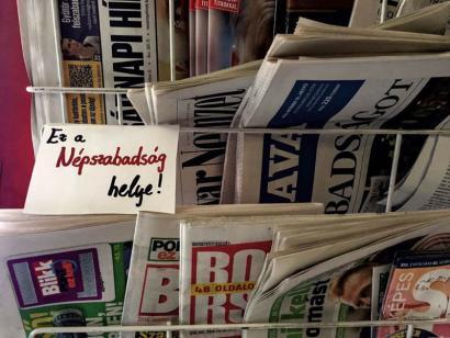 Hungariako prentsa askatasuna kolokan oposizioko egunkari nagusiaren itxierarekin
