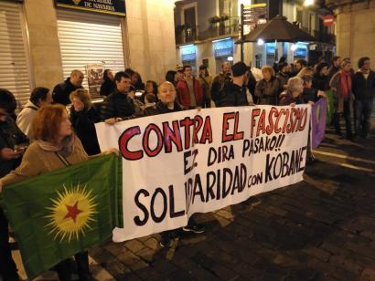 Kobane eta Kurdistango herrien aldeko aldarriak bete du Iruñeko Merkatarien plaza