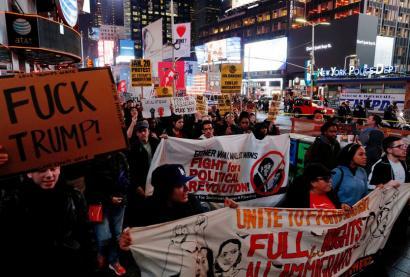 Milaka lagun kalera atera dira Trumpen aurka 'Not My President' aldarrikatuz