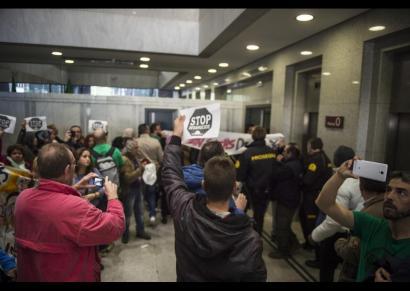 Goldman Sachs bankuaren egoitza okupatu dute Madrilen 30 etxegabetze salatzeko
