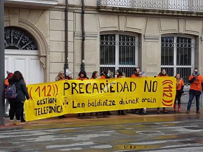 """112ko larrialdietako dei kudeatzaileak Eusko Legebiltzarrean mobilizatu dira """"lan hitzarmen duin baten alde"""""""
