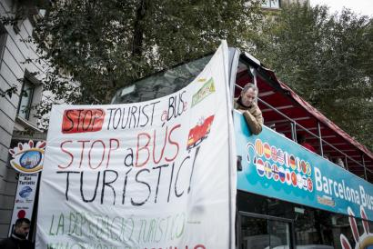 Turismo masiboaren aurkako ekintzaileek autobus turistikoak eten dituzte sorpresan Bartzelonan