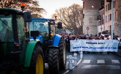 ETAren armagabetzea gizarte zibilaren esku geratu dela aldarrikatu dute Ipar Euskal Herriko mobilizazioetan