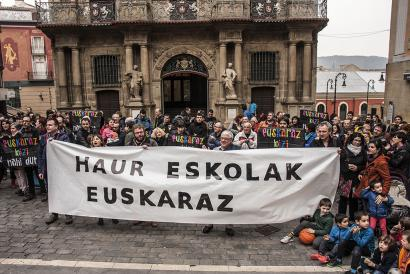 Euskalgintzako kideak udaletxe aurrean bildu ziren. (Argazkia: Ekinklik)