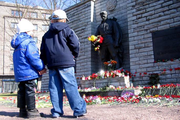 Bi haur soldadu sovietarraren omenez eraikitako estatuaren aurrean