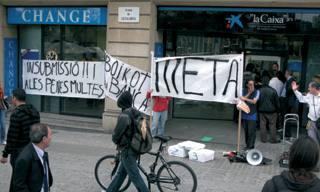 Crisi talde katalaneko kideak, bankuei boikota aldarrikatuz