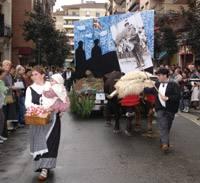 Urretxuko euskal Jaietako karroza desfilea.