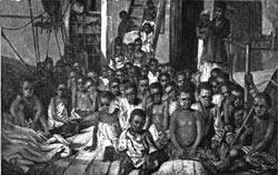 Ezkerrean, haur esklaboak, 1869an Zanzibarren ontziratuak, Daphne itsasontzian. Alboan, Fernando II.a Aragoikoa, hiru mende eta erdi lehenago, dekretu baten bidez, esklaboen salerosketa sistematizatua abiarazi zuena.