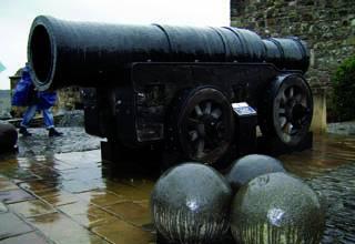 Mons Meg kanoi eskerga Edinburgoko gazteluan  bisitatu daiteke gaur egun.
