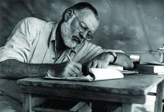 Ernest Hemingway 1953an, nobela idatzi eta gutxira.