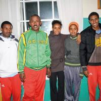 Akebom Hadush Tesfay (lehenengoa ezkerretik) eta Tirhas Gebre Enun (erdian) etiopiarrekin batera, Tigsti Kiros Gebreselassiek (beste emakumezkoa) eta Maru Gebregzbhier Gidey (lehenengoa eskuinetik) ere etorri ziren Euskal Herrira korrika egitera. Beraieki