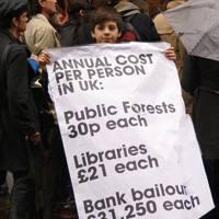 Londresko bulego baten aurrean protestak
