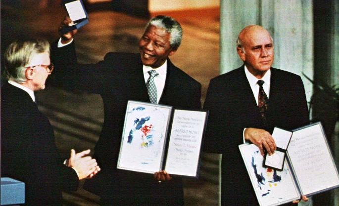 Nelson Mandela eta FW de Klerk bakearen Nobel Saria jasotzen